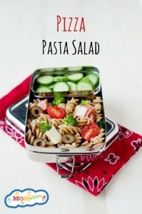 easy school lunch idea: pizza pasta salad. Quick to assemble and you can customize with your kids favorite toppings!
